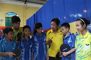 Các thành viên của CLB bóng bàn ngôi sao Quỳnh Lâm trao đổi trước giờ thi đấu.
