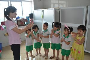 Giáo viên trường MN Tư thục Sao Mai (TPHB) hướng dẫn trẻ rửa tay đúng cách.