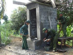 Xây dựng nhà tiêu hợp vệ sinh tại xóm Mon, xã Phúc Tiến.