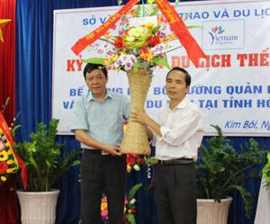 Đại diện Hiệp hội du lịch Hoà Bình tặng hoa chúc mừng ngày du lịch thế giới.