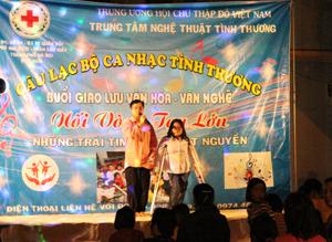 Tiết mục ca kịch gây xúc động cho người xem tại đêm nhạc từ thiện.