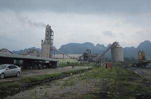 Xả khói thải không qua hệ thống lọc bụi tĩnh điện là một trong những nguyên nhân nhà máy xi măng Vĩnh Sơn gây ra ô nhiễm môi trường trên địa bàn 2 xã Trung Sơn, Thành Lập (Lương Sơn).