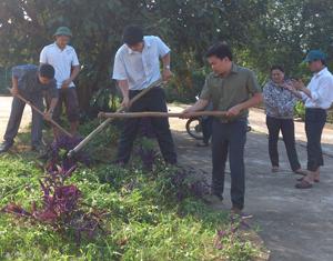 Cán bộ công chức xã Hợp Thành (Kỳ Sơn) ra quân làm công tác vệ sinh môi trường nơi cơ quan hưởng ứng chiến dịch làm cho thế giới sạch hơn.