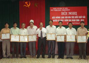 Lãnh đạo huyện tặng giấy khen cho các làng, KDC văn hóa tiêu biểu giai đoạn 2008-2013.