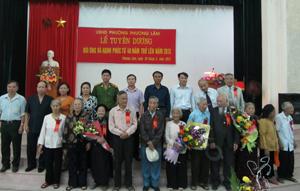 Lãnh đạo Hội NCT tỉnh và lãnh đạo phường Phương Lâm gắn hoa chức mừng các cặp đôi cụ ông, cụ bà có thời gian chung sống hạnh phúc từ 60 – trên 70 năm.
