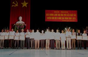 Lãnh đạo Sở VH-TT&DL và lãnh đạo huyện Kim Bôi trao giấy khen cho các làng văn hoá tiêu biểu xuất sắc trên địa bàn.