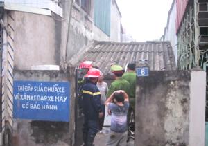 Lực lượng cảnh sát PCCC (Công an tỉnh) xem xét hiện trường và tìm hiểu nguyên nhân vụ việc.