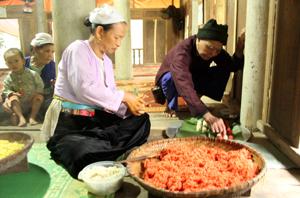 Đồng bào Mường Vang chuẩn bị các món ăn truyền thống để đón Tết Độc lập.