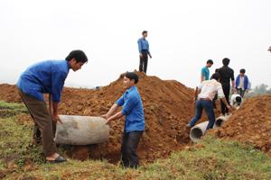 ĐV - TN huyện Lạc Sơn lắp đặt cống thoát nước phục vụ sản xuất cho bà con nhân dân trên địa bàn thị trấn Vụ Bản, hưởng ứng chiến dịch thanh niên tình nguyện hè 2014.