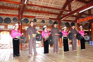 Đội cồng chiêng xóm Ải, xã Phong Phú (Tân Lạc) thường xuyên tập luyện đánh các giai điệu chiêng.