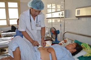 Bác sĩ Bệnh viện đa khoa khu vực Mai Châu chăm sóc bệnh nhân sau phẫu thuật.