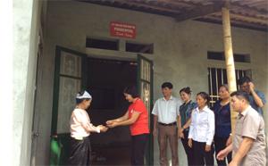 Lãnh đạo Hội CTĐ thành phố Hòa Bình trao nhà tình nghĩa cho bà Bùi Thị Khuy.