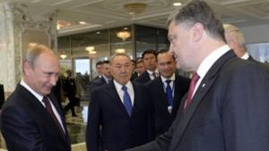Tổng thống Nga Vladimir Putin và người đồng cấp Ucraina Petro Poroshenko trong cuộc gặp gỡ tại Minsk hôm 26-8 (Ảnh: Reuters)
