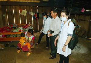 Cán bộ Trung  tâm YTDP tỉnh đến tận hộ gia đình giám sát, lấy mẫu, tuyên truyền nhân dân cách phòng, chống bệnh sởi.