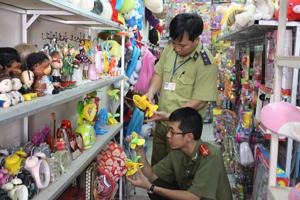 Đoàn kiểm tra liên ngành 127/ĐP tỉnh phối hợp với Đội QLTT số 1 - thành phố Hòa Bình kiểm tra thị trường đồ chơi Trung thu tại nút giao thông ngã tư đường Hữu Nghị.