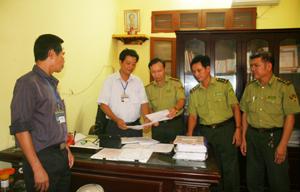 Lực lượng kiểm lâm huyện Lạc Thủy tham mưu cho cấp ủy, chính quyền xã Phú Thành triển khai quản lý, bảo vệ rừng, PCCCR.