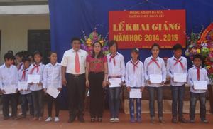 Lãnh đạo Sở LĐ, TB & XH trao tặng học bổng cho học sinh nghèo vượt khó.