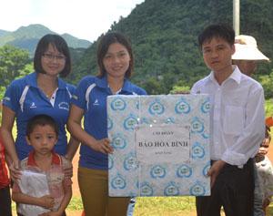 Đại diện Chi đoàn Báo Hòa Bình tặng quà cho trường tiểu học Tân Dân (Mai Châu).