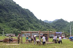 Chính quyền địa phương và người dân trong xã đang giúp các hộ dân dựng nhà, ổn định cuộc sống nơi ở mới.