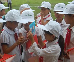 Học sinh trường tiểu học Địch Giáo (Tân Lạc) tìm hiểu nâng cao kiến thức về VSMT, vệ sinh cá nhân qua tài liệu, tờ rơi.