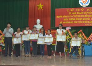 Đồng chí Nguyễn Văn Dũng, Phó Chủ tịch UBND tỉnh trao Bằng khen của UBND tỉnh cho các cá nhân người khuyết tật, trẻ mồ côi có thành tích xuất sắc.