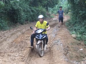 Quá trình thi công hồ Thóng, tuyến đường liên xóm Thóng - Trung  (Bình Cảng - Lạc Sơn) khiến việc đi lại của dân cư trên địa bàn gặp rất nhiều khó khăn.