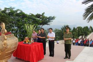 Các đồng chí lãnh đạo và các VĐV dâng hương tại Tượng đài Bác Hồ trước giờ xuất quân tập huấn, tham gia thi đấu các môn trong chương trình Đại hội TDTT toàn quốc lần thứ VII – năm 2014.