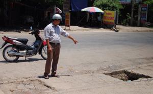 """""""Ông mặt trận"""" Nguyễn Thanh Bình thay mặt người dân thị trấn Mường Khến bày tỏ nỗi bức xúc vì nhiều đoạn đường bị xuống cấp nghiêm trọng do chịu lực từ những chiếc xe quá khổ, quá tải."""