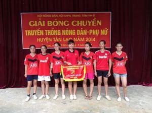 BTC trao giải nhất nội dung bóng chuyền nữ cho đội tuyển xã Phú Vinh.