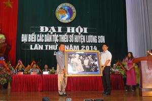 Thay mặt lãnh đạo tỉnh, đồng chí Nguyễn Văn Dũng, Phó Chủ tịch UBND tỉnh tặng Đại hội bức ảnh Bác Hồ với đồng bào dân tộc thiểu số.