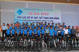 Các thành viên CLB xe đạp thể thao Hoà Bình trong lễ ra mắt.