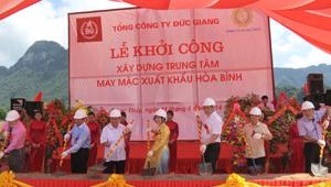 Các đại biểu thực hiện nghi thức động thổ Dự án Trung tâm May mặc xuất khẩu Hòa Bình.