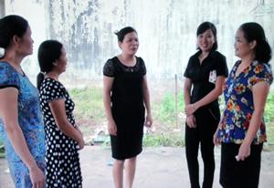 Hội viên Hội PN  thị trấn Kỳ Sơn (Kỳ Sơn) trao đổi kinh nghiệm xây dựng các mô hình của Hội trong thực hiện học tập và  làm theo tấm gương đạo đức Hồ Chí Minh.