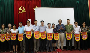Đại diện lãnh đạo Đài PT-TH tỉnh trao cờ lưu niệm cho các đoàn tham dự liên hoan.