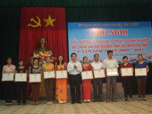 Lãnh đạo UBND huyện Yên Thuỷ trao giấy khen các tập thể đạt chuẩn văn hoá tiêu biểu xuất sắc 5 năm, giai đoạn 2009- 2014.