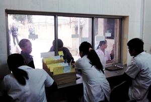 Các y, bác sỹ tại cơ sở điều trị methadone Mai Châu cấp thuốc định kỳ cho bệnh nhân. Ảnh: H.Y