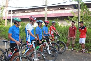 HLV và các thành viên đội tuyển xe đạp địa hình Hòa Bình đang đánh giá, bình xét chất lượng tập luyện của các VĐV sau mỗi buổi tập.