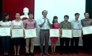 BTC trao giải cho các tác giả có tác phẩm đạt giải tại liên hoan PT- TH lần thứ XV.