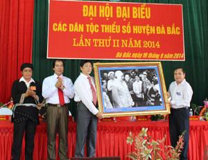 Lãnh đạo Ban Dân tộc tỉnh tặng Đại hội bức ảnh Bác Hồ với đồng bào dân tộc thiểu số.