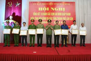 Thượng tướng Bùi Văn Nam, UVT.Ư Đảng, Thứ trưởng Bộ Công an trao bằng khen của Bộ Công an cho 9 tập thể có thành tích xuất sắc trong phong trào xây dựng cụm ANGR.