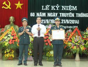 Đồng chí Nguyễn Văn Quang, Phó Bí thư Tỉnh ủy, Chủ tịch UBND tỉnh trao tặng bằng khen cho Trung đoàn 250.