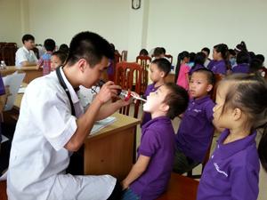 Các em học sinh vùng dự án trên địa bàn thành phố được các bác sỹ kiểm tra hệ hô hấp.