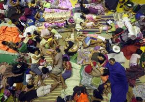 Người dân bị mất nhà cửa do lũ lụt lánh nạn tại một trung tâm cứu trợ tạm thời ở thủ đô Ma-ni-la, Phi-li-pin. Ảnh EPA