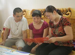 Cán bộ CLB ngăn ngừa, giảm thiểu tác hại của bạo lực trên cơ sở giới xã Mông Hoá tuyên truyền kiến thức về BĐG  tại cơ sở.