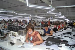 Công nhân Công ty May GGS Việt Nam tuân thủ quy định đeo khẩu trang  khi làm việc  trong xưởng.