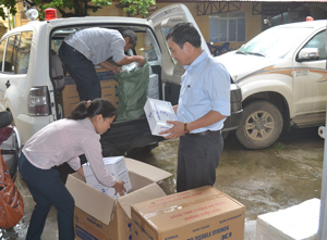 Trung tâm YTDP huyện Lạc Thủy tiếp nhận vật tư, tài liệu truyền thông phục vụ công tác tiêm chủng từ Trung tâm YTDP tỉnh.