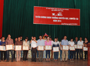 UBND huyện Cao Phong đã trao giấy khen, phần thưởng cho 292 tập thể, cá nhân có thành tích trong hoạt động khuyến học, khuyến tài.