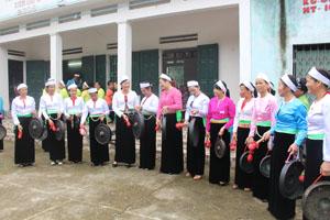 Nghệ nhân Đinh Kiều Dung hướng dẫn các học viên thực hành đánh cồng chiêng.