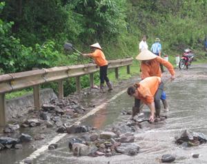 Hạt giao thông Tân Lạc huy động lực lượng xử lý các đoạn đường do mưa lũ làm sụt sạt đảm bảo an toàn cho người, phương tiện tham gia giao thông.
