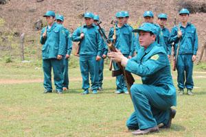 Anh Khà A Khua hướng dẫn dân quân tự vệ ở Hang Kia.
